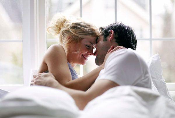 Влюблённые в постели