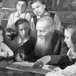 Павел Бажов с детьми