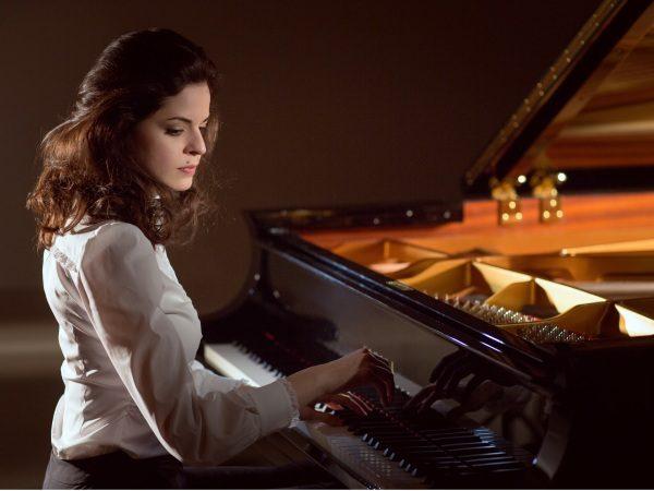 Пианистка за роялем