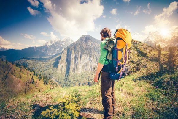 Путешественник с рюкзаком в горах