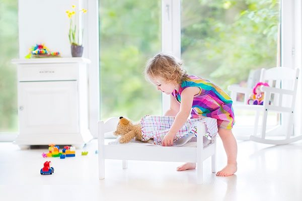 Ребёнок укладывает спать игрушку