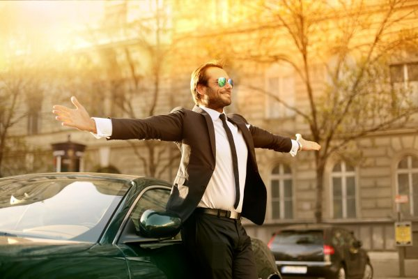 Счастливый мужчина около автомобиля