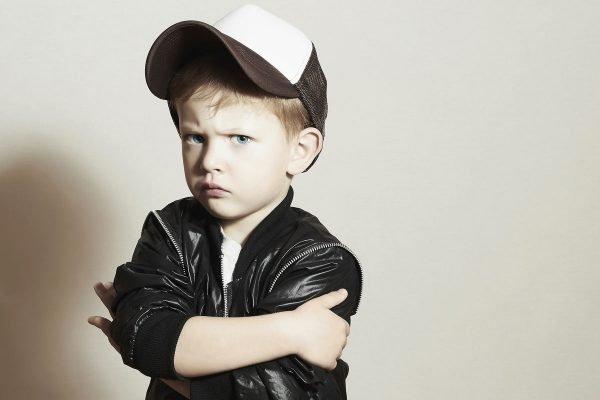 Серьёзный мальчик в куртке и кепке
