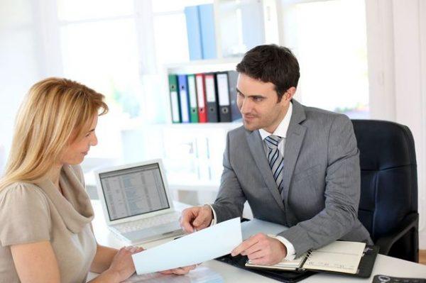 Сотрудник банка разговаривает с женщиной