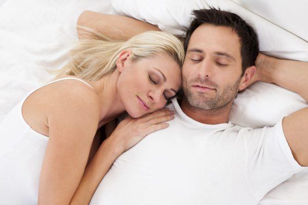 Спящие мужчина и женщина