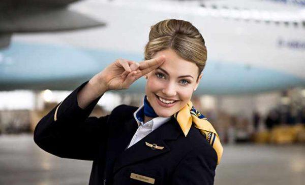 Стюардесса на фоне самолёта