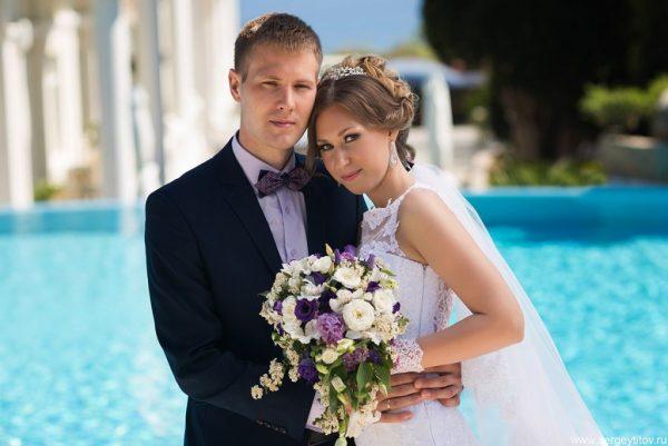 Жених и невеста на фоне фонтана
