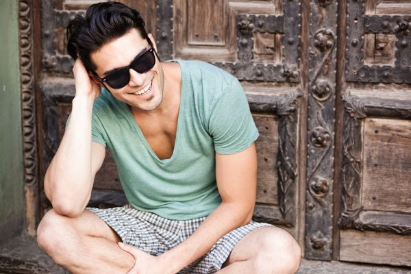 Улыбающийся мужчина в солнечных очках