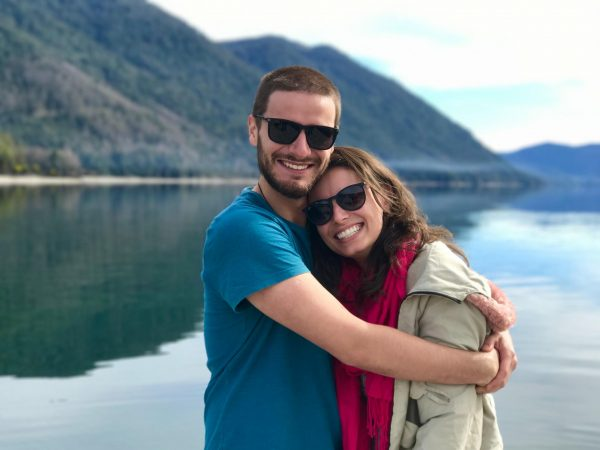 Влюблённая пара на фоне реки