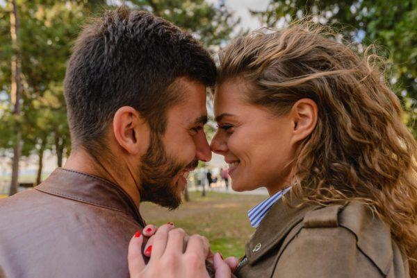 Влюблённая пара в парке