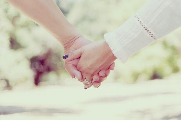 Влюблённые держатся за руки