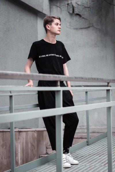 Юноша в чёрной одежде