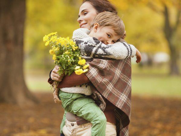Женщина держит на руах мальчика