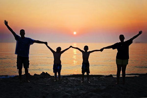Семья на фоне заката