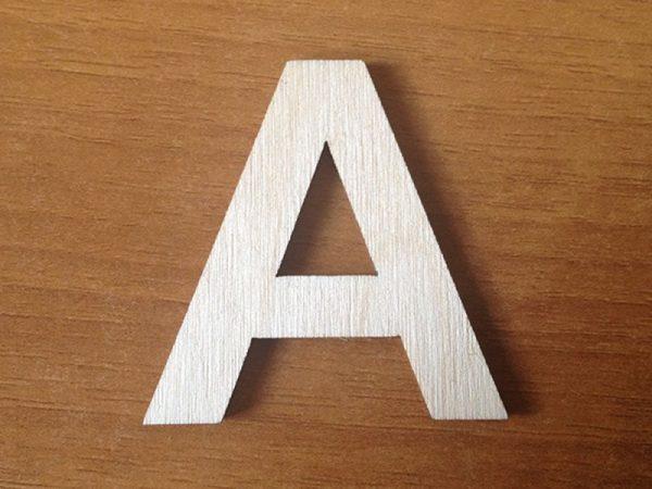 Буква «А» на фоне дерева