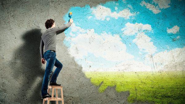 Человек рисует на стене