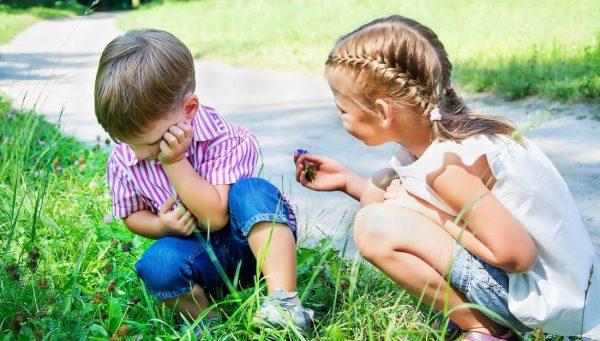 Девочка мирится с мальчиком