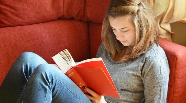 Девочка-подросток читает книгу