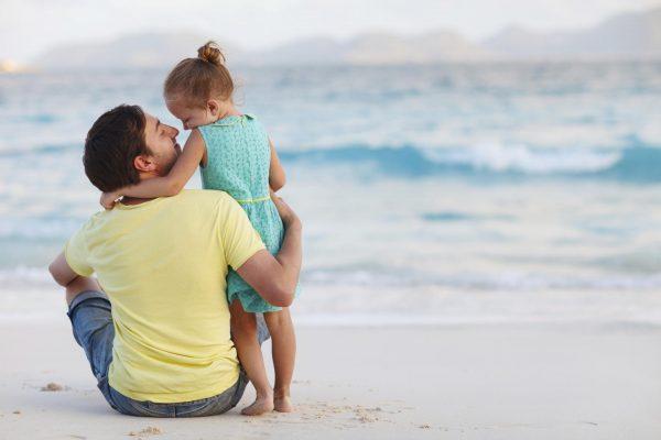 Девочка с папой у моря