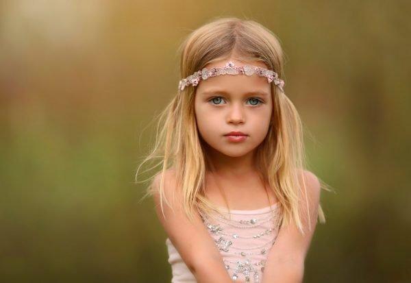 Девочка со светлыми волосами