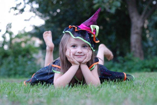 Девочка в костюме волшебницы