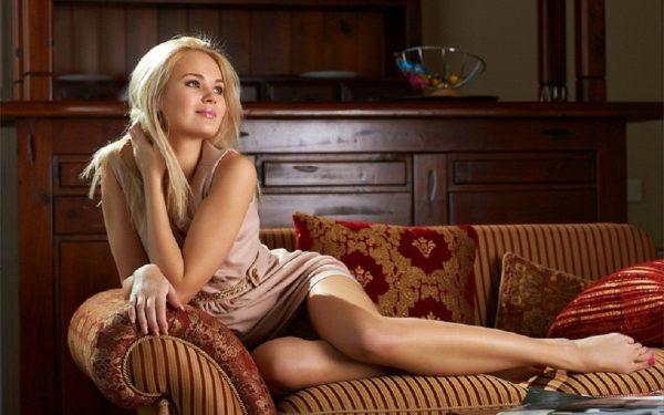 Девушка в уютной комнате