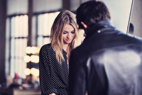 Девушка и мужчина разговаривают