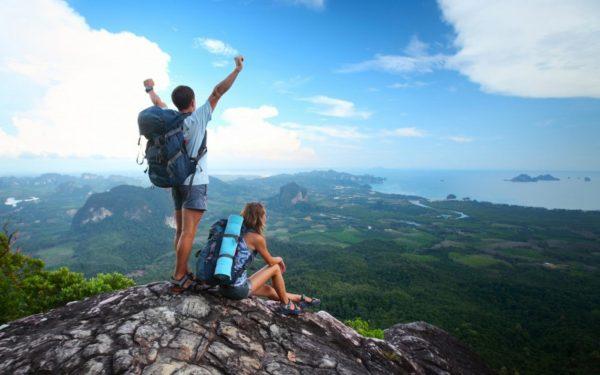 Девушка и парень на вершине скалы
