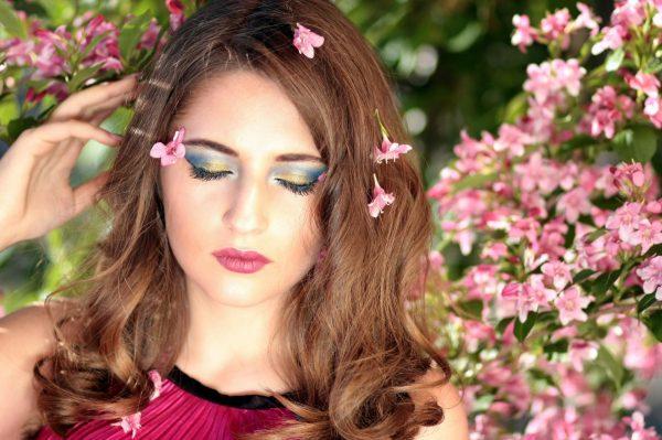 Девушка на фоне цветов