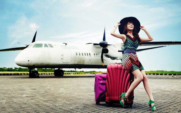 Девушка на фоне самолета