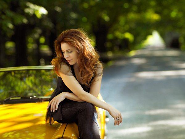 Девушка на капоте автомобиля