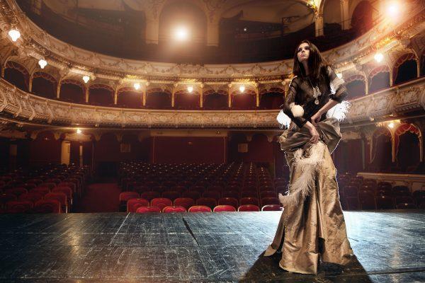 Девушка на сцене театра