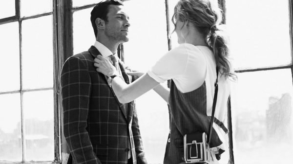 Девушка поправляет мужчине пиджак