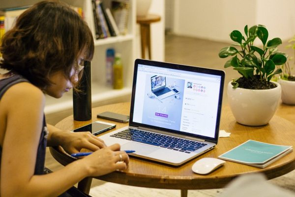 Девушка работает над проектом