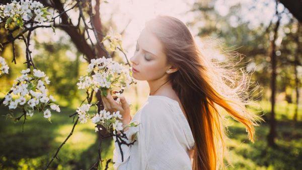 Девушка с цветами на фоне сада
