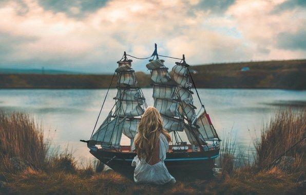 Девушка с кораблём на краю реки