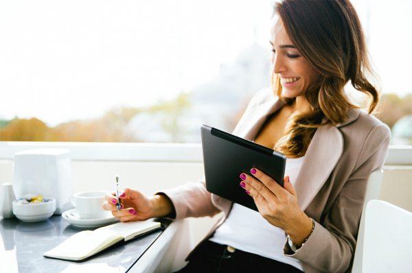 Девушка с планшетом за столом