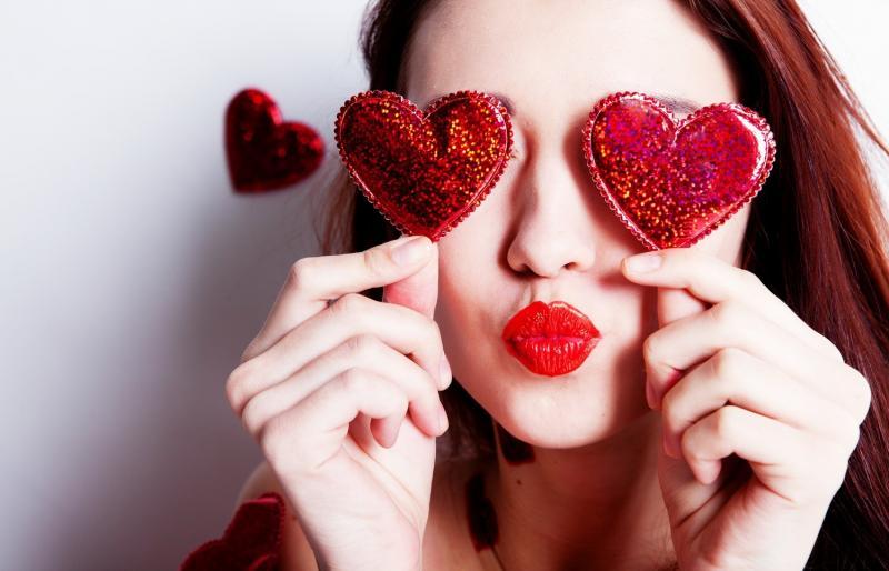 Девушка с сердечками