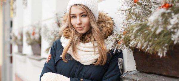 Девушка в пуховике зимой