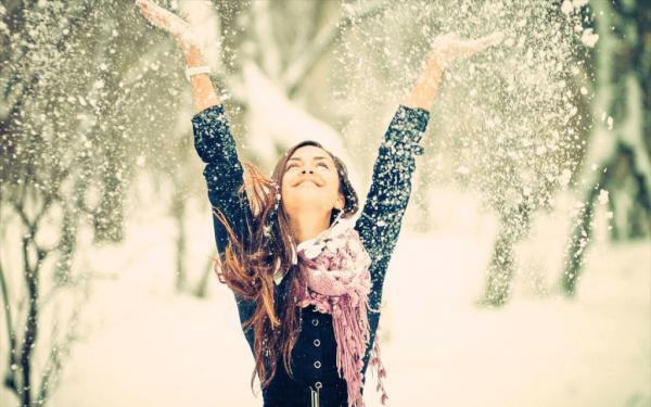 Девушка подбрасывает снег