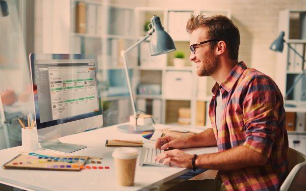 Дизайнер за компьютером