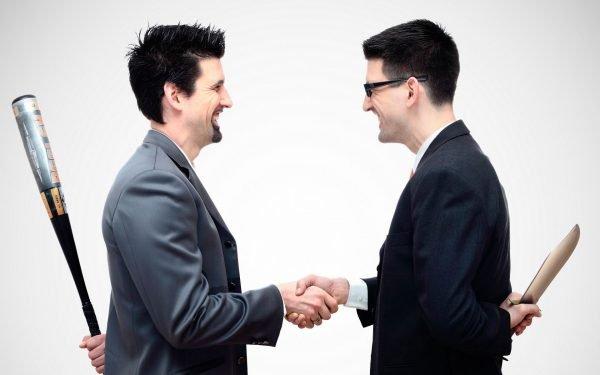 Двое мужчин напротив друг друга