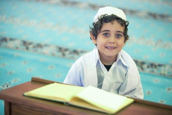 Фото мальчика-мусульманина за партой