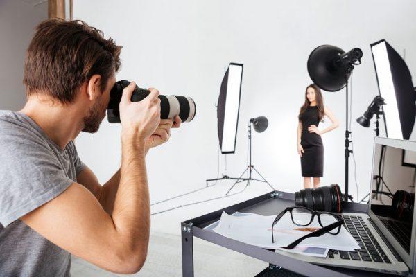 Фотограф в студии