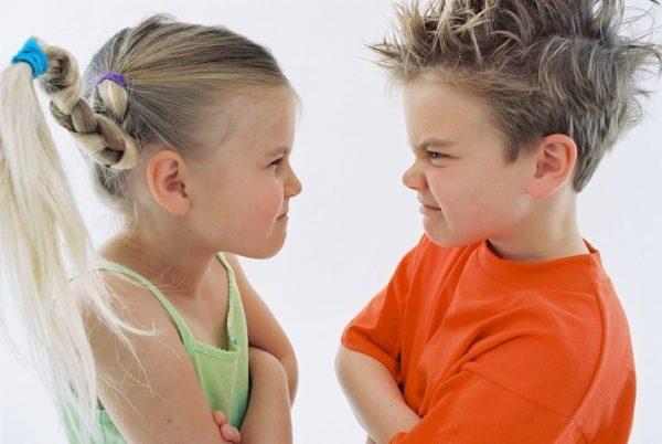 Мальчик и девочка корчат друг другу рожицы
