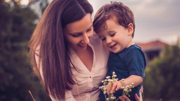 Мальчик и его мама собирают цветы