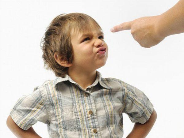 Мальчик не слушается родителей