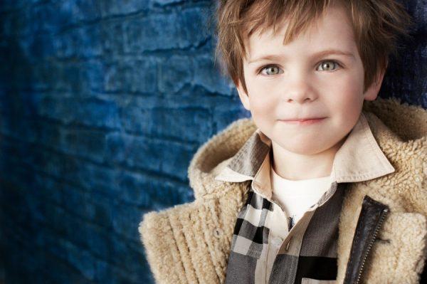 Мальчик около синей стены