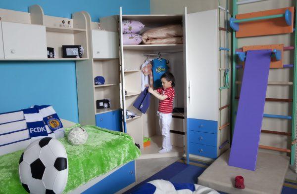 Мальчик прибирается в комнате