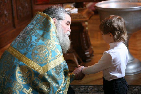 Мальчик с батюшкой в церкви